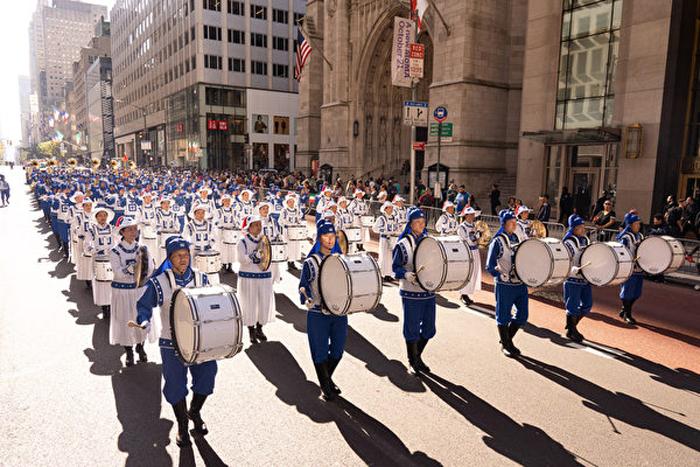 Thiên Quốc Nhạc Đoàn của các học viên Pháp Luân Công đã góp mặt đông đảo trong cuộc diễu hành ngày Columbus ở New York. (Ảnh: Epoch Times)