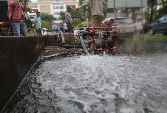 Công ty nước sạch sông Đà tiến hành súc xả bể nước ở các khu chung cư bị ảnh hưởng.