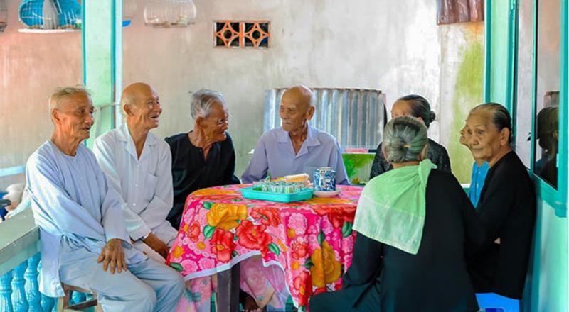 Các cụ ông, cụ bà có tuổi đời trên 80 tuổi trong một buổi họp mặt.