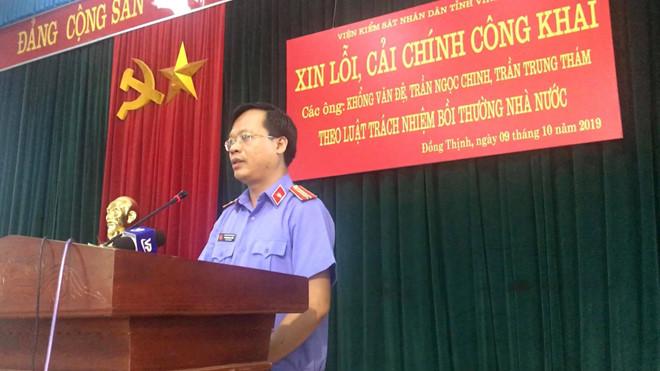 Thay mặt cơ quan chức năng, ông Ngô Khương Tuyến, Phó Viện trưởng VKSND tỉnh Vĩnh Phúc, gửi lời xin lỗi đến 3 người dân chịu oan sai cùng gia đình. (Ảnh qua thanhnien)