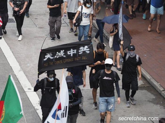 """Biểu ngữ """"Trời diệt Trung Cộng"""" trong cuộc biểu tình ngày 29/9."""