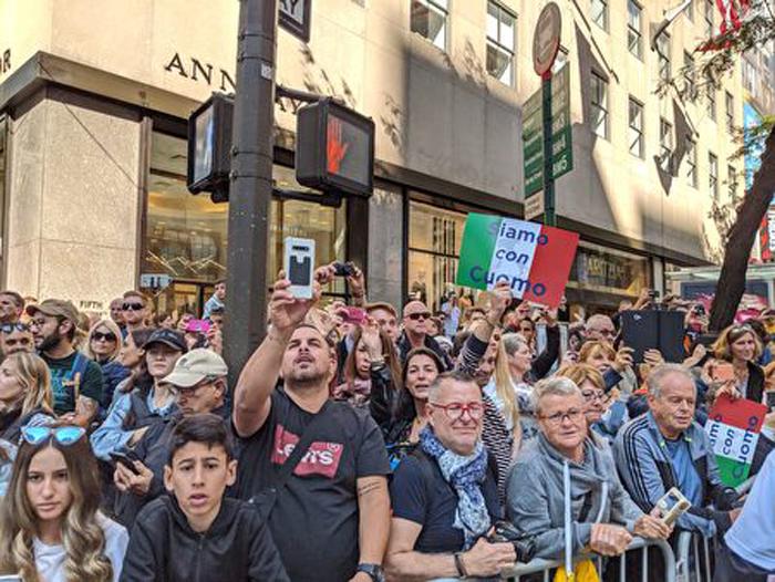 Khán giả nhiều dân tộc liên tục lấy điện thoại để chụp và ghi lại hình ảnh buổi diễu hành, đồng thời không ngừng cổ vũ. (Ảnh: Epoch Times)