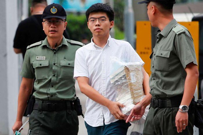 Hoàng Chi Phong hiện đang được bảo lãnh tại ngoại sau khi bị giới chức Đặc khu buộc tội kích động và tham gia tập trung đông người bất hợp pháp bên ngoài trụ sở cảnh sát Hồng Kông hôm 21/6.