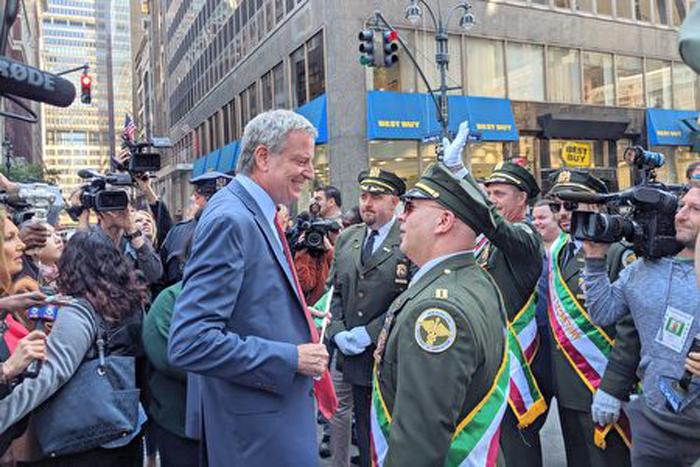 Thị trưởng thành phố New York Bill de Blasio bắt tay người dẫn đầu đoàn diễu hành. (Ảnh: Epoch Times)