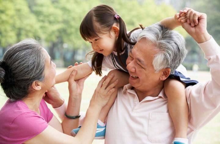 Con cái thường quấn ông bà hơn cha mẹ của chúng. (Ảnh qua stmg)