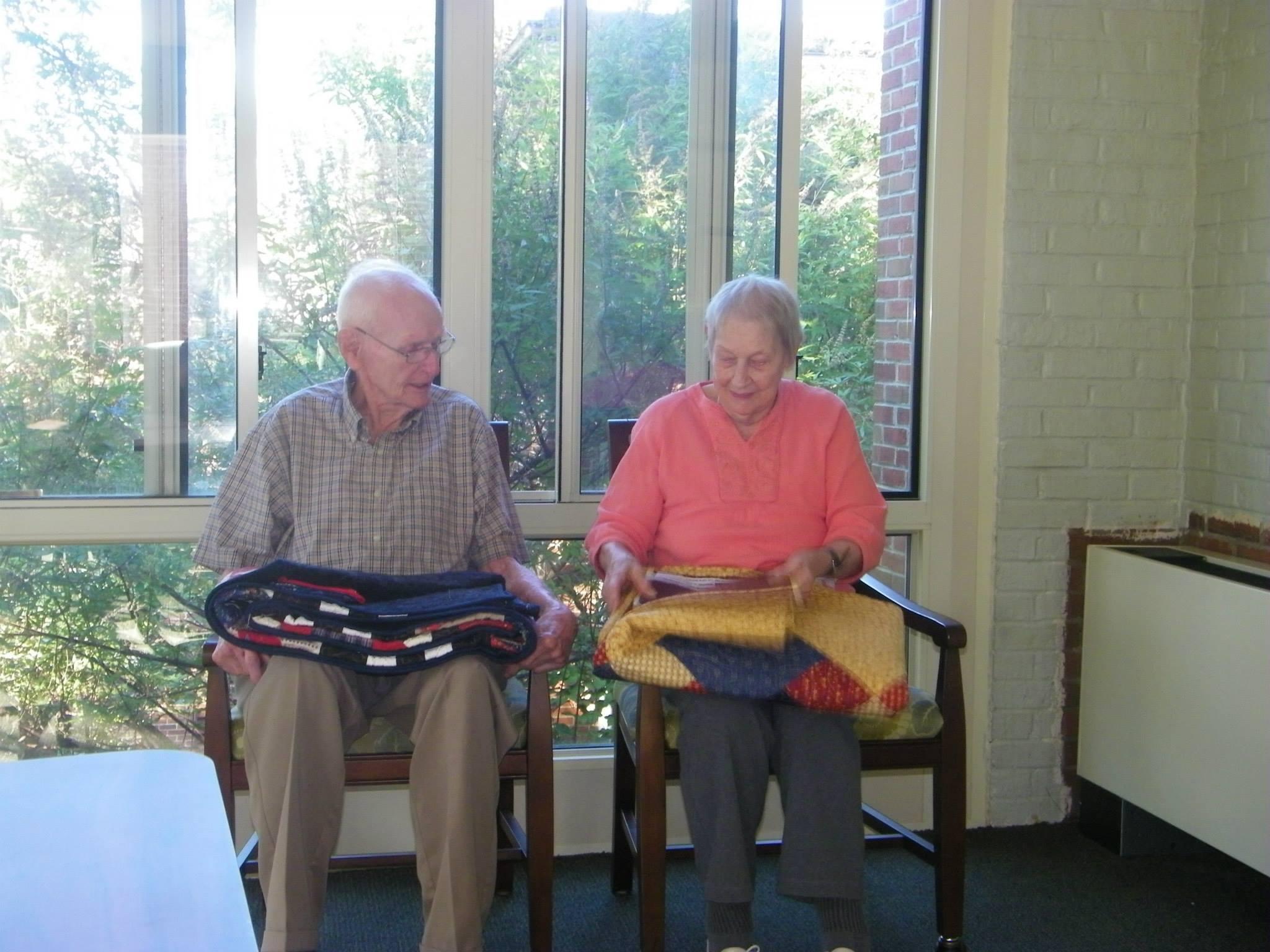 các nhân viên đã sắp xếp cho cặp vợ chồng già có thể nằm cạnh nhau trong gần 3 giờ đồng hồ.
