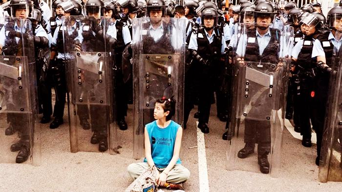 Trong mắt em không có chút sợ hãi, đã quen với cảnh bạo lực của cảnh sát, đó cũng là lý do em vì việc nghĩa mà chẳng ngần ngại tiến lên không chùn bước.