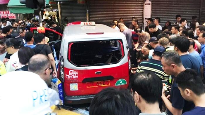 Một tài xế bị nghi ngờ thân Bắc Kinh đã đâm xe vào 3 người biểu tình ở Sham Shui Po, khiến một người phụ nữ bị thương nghiêm trọng ở chân.