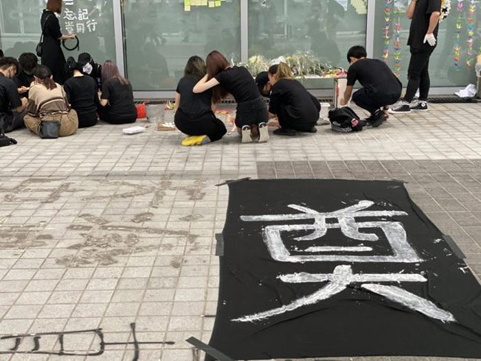 Hôm 14/10, nhiều sinh viên đã tập trung trước cửa trường tổ chức nghi thức tiễn đưa người bạn học xấu số. (Ảnh: Epoch Times)