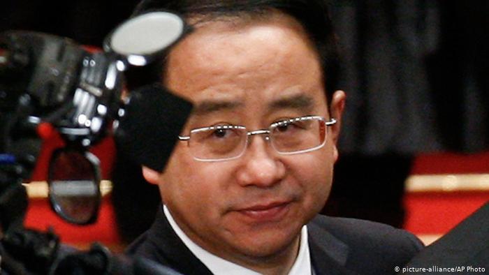 """Tần Quang Minh còn bị cáo buộc có mối quan hệ mật thiết với Lệnh Kế Hoạch, khi đóng và trò """"nhân viên thu chi"""" cho gia tộc họ Lệnh."""