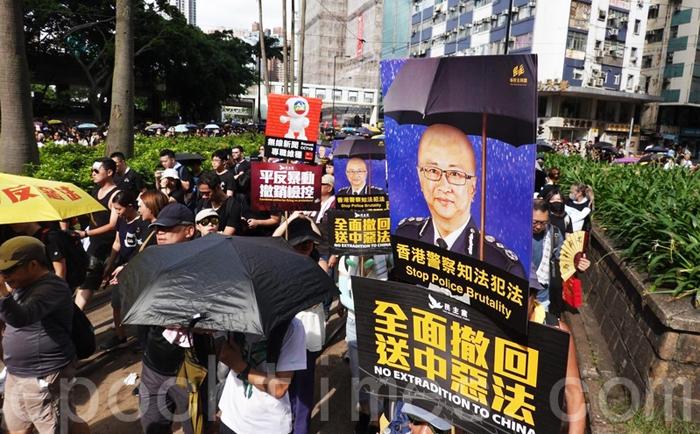"""Diễu hành ngày 21/7, người biểu tình cầm bảng đả kích Lư Vĩ Thông """"vô pháp vô thiên""""."""