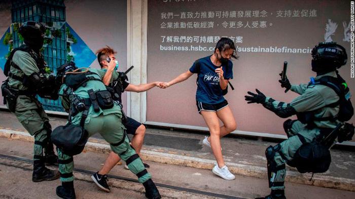 """Sau khi """"Luật cấm che mặt"""" có hiệu lực, rất nhiều người dân Hồng Kông lo ngại rằng chính phủ có thể gia tăng thêm các biện pháp để hạn chế tự do của người dân"""