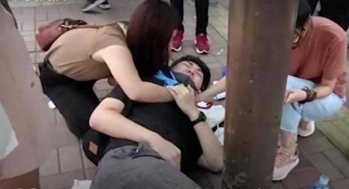 Nạn nhân 19 tuổi nằm trên mặt đất sau khi bị tấn công