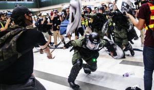 Video: Người biểu tình Hồng Kông phản công cảnh sát giải cứu bạn đồng hành