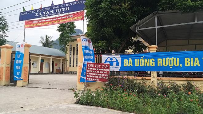 Biển cấm tại trụ sở xã Tam Đình.