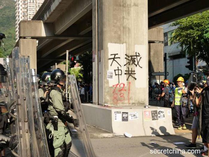 """Dòng chữ """"Trời diệt Trung Cộng"""" xuất hiện trên tường ngày 21/9."""