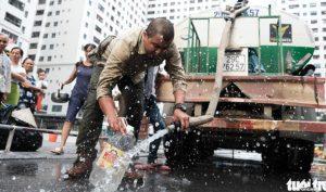 Hà Nội: Người dân đổ bỏ nước miễn phí vì có mùi tanh, không trong
