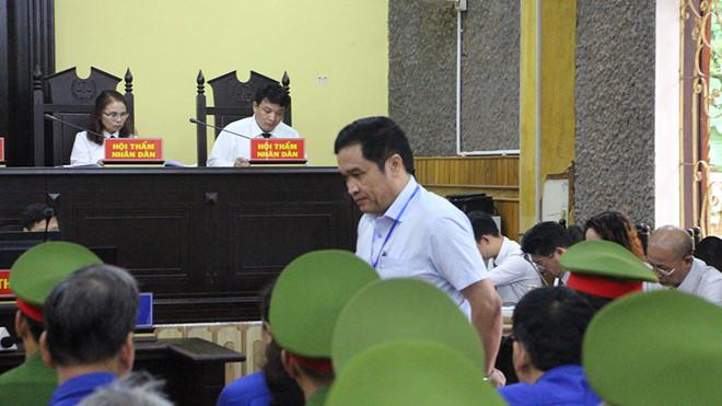 Ông Phan Ngọc Sơn, Chánh thanh tra Sở GD-ĐT Sơn La tại tòa. (Ảnh qua thanhnien)