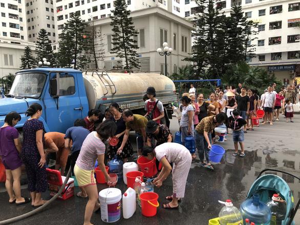 Người dân Hà Nội xếp hàng xin từng lít nước sạch trong nhiều ngày.
