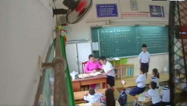 Nữ giáo viên đã liên tục đánh, tát tai, mắng chửi học sinh.(Ảnh cắt trong clip)
