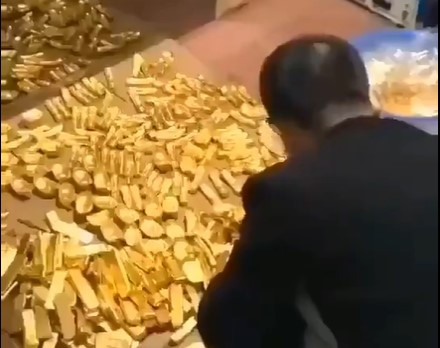 Những thỏi vàng được tìm thấy trong nhà quan tham Trung Quốc. (Ảnh qua 24h)