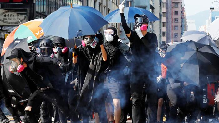 Người biểu tình tức giận phản đối sau khi bị cảnh sát Hồng Kông xịt hơi cay, ngày 20/10/2019.