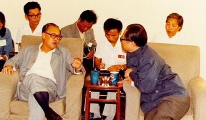 Ảnh chụp lúc ông Triệu Tử Dương làm Tổng Bí thư ĐCSTQ và ông Giang Trạch Dân khi còn là Bí thư thành phố Thượng Hải.