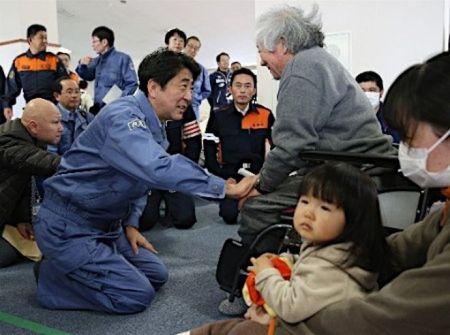 Thủ tướng Shinzo Abe quỳ gối cuối mình trước những người lớn tuổi.