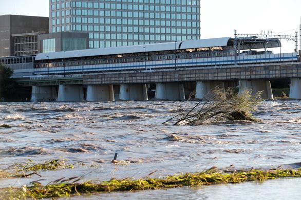 Lũ trên sông Tama, đoạn gần thủ đô Tokyo, Nhật Bản - Ảnh: REUTERS