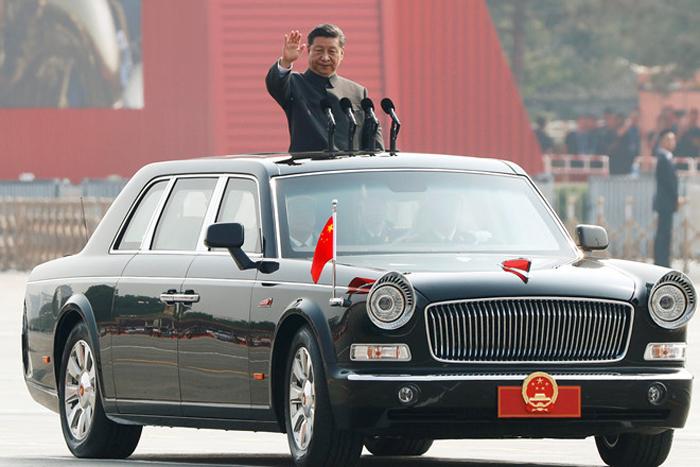 Ông Tập vẫy tay từ xe tại lễ duyệt binh ở Thiên An Môn sáng 1/10.