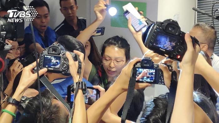 Người nữ phóng viên sau đó lên trước đọc bài nói rõ quan điểm, và bị nhân viên mời ra khỏi hội trường