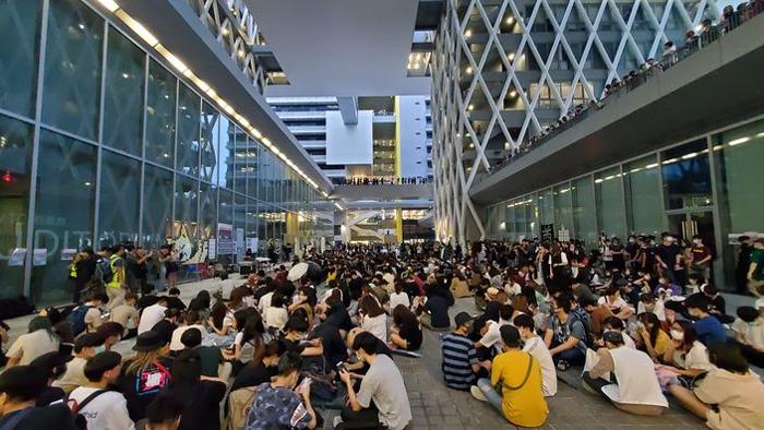 Hôm 14/10, nhiều sinh viên đã tập trung trước cửa trường tổ chức nghi thức tiễn đưa người bạn học xấu số.