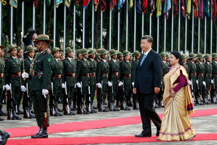 Tổng thống Nepal Bidhya Devi Bhandari đón chủ tịch Trung Quốc Tập Cận Bình tại phi trường Quốc tế tại Kathmandu, Nepal