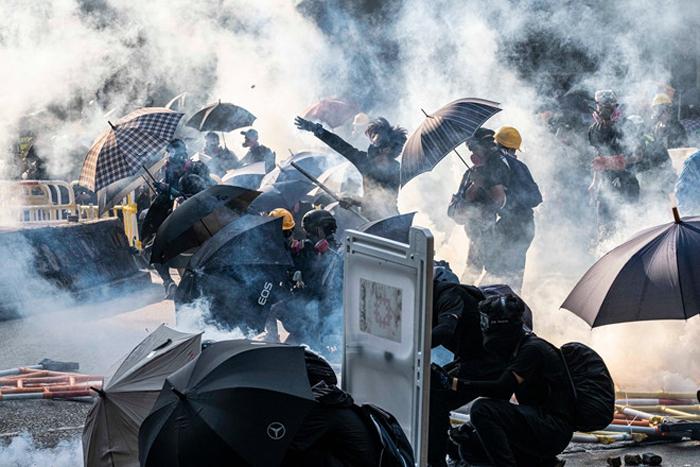 Người biểu tình đụng độ với cảnh sát gần Wong Tai Sin ngày 1/10.