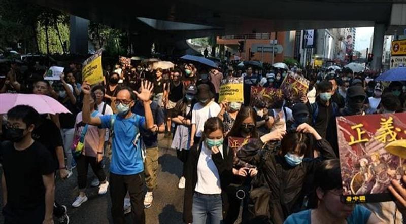 Người biểu tình diễu hành tại quận Tsim Sha Tsui ở Hồng Kông vào Chủ nhật ngày 20/10.
