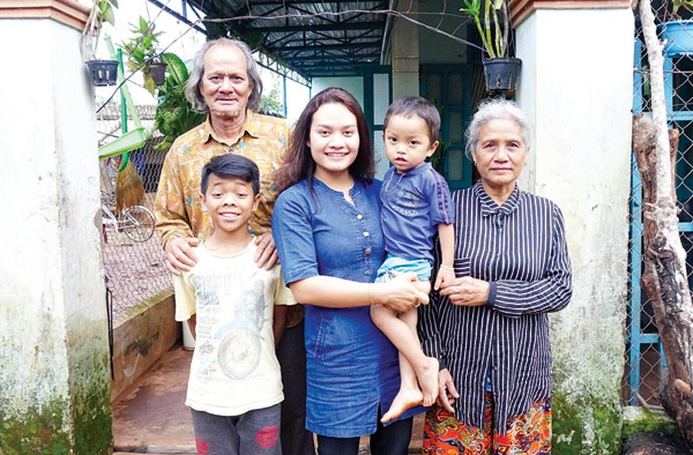 Gia đình Y Byen cùng bố mẹ và 2 con trai.