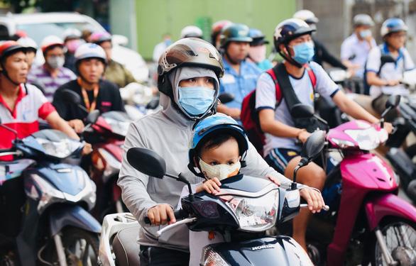 Dân Hà Nội chống chỏi với ô nhiễm trên đường phố. (Ảnh qua tuoitre)