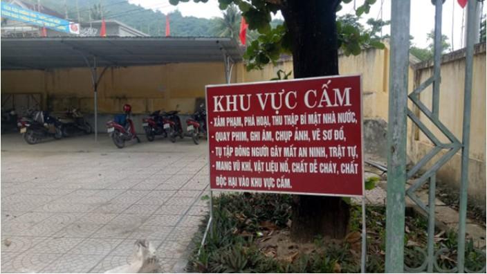 Biển cấm tại trụ sở xã Tam Quang.