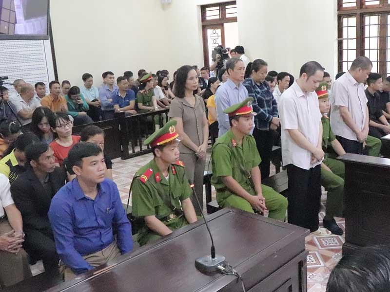 Toàn cảnh phiên tòa xử vụ gian lận điểm thi ở Hà Giang ngày 14/10. (Ảnh qua plo)