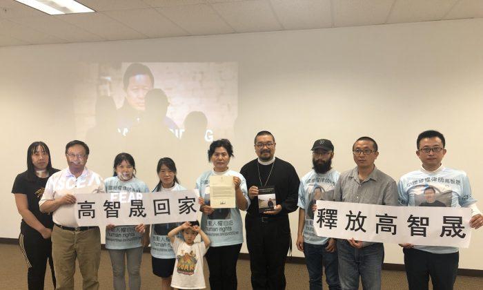 Người tham dự cầm các biển báo 'Hãy thả Cao Trí Thịnh' tại văn phòng NTD ở Santa Clara vào ngày 11/8/2019. (Ảnh qua ĐKN)