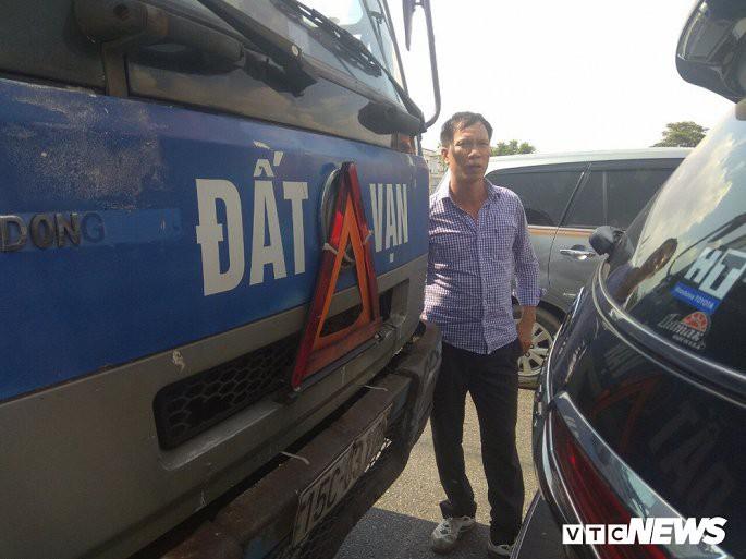 Hình ảnh tài xế Luyện xuống xe giải quyết hiện trường vụ tai nạn.