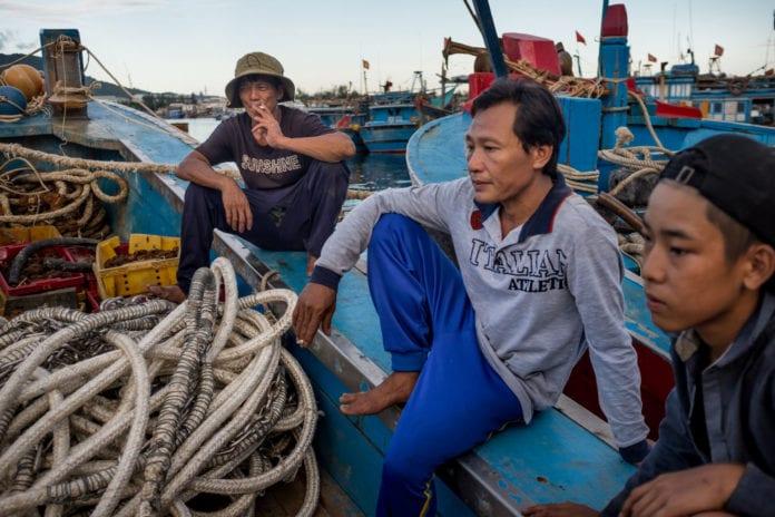 Ngư dân tại cảng cá Thuận Phước, Đà Nẵng, ngồi trầm ngâm trước chuyến ra khơi.