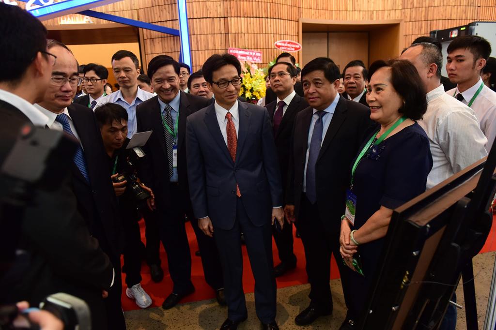 Phó thủ tướng Vũ Đức Đam và Bí thư Thành ủy TP.HCM Nguyễn Thiện Nhân tham quan một gian hàng tại diễn đàn.
