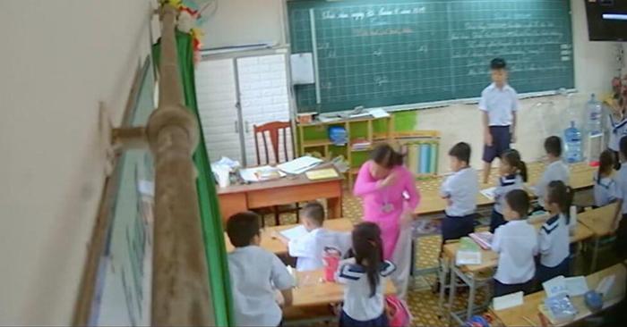 Cô giáo đánh học sinh ngồi đầu bàn và phạt nhiều học sinh khác phải đứng. (Ảnh cắt trong clip)