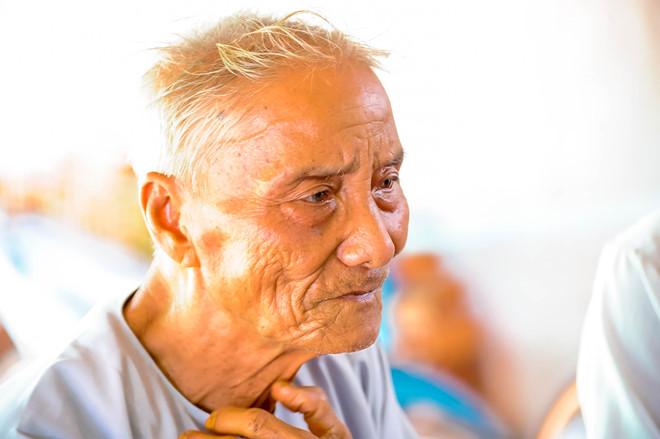 Cụ Văn Minh Phú (88 tuổi) vẫn miệt mài hái thuốc nam làm từ thiện.