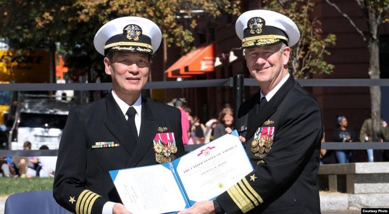 Phó Đô Đốc Thomas Moore (phải) trao quyết định thăng quân hàm Chuẩn Đô đốc cho Đại tá Nguyễn Từ Huấn (Ảnh: US Navy).
