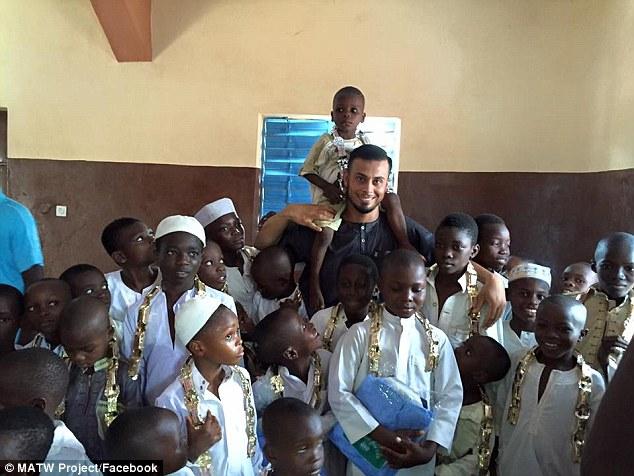 Ali đã có những chuỗi ngày tìm được hạnh phúc đích thực thông qua việc từ thiện.