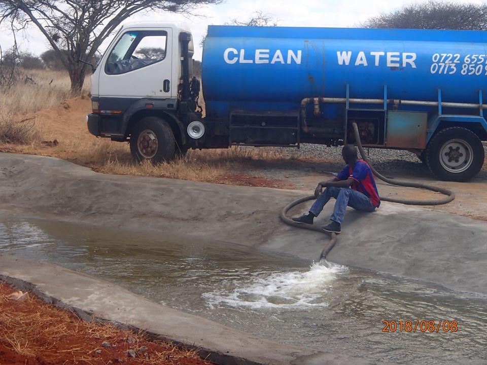 Chiếc xe mang theo hơn 11.000 lít nước đến công viên và được đổ đầy vào những hố bê tông khổng lồ đang khô cạn cho các con vật uống.