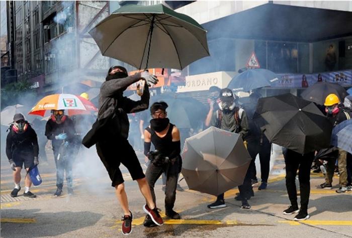 Người biểu tình ném ngược đạn hơi cay về phía cảnh sát.