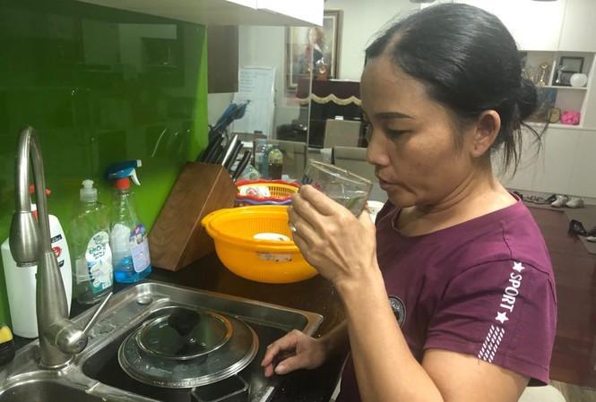 Cơ quan chức năng TP.Hà Nội chưa có khuyến cáo nào trong khi người dân vẫn phải sống chung với nước sinh hoạt nặng mùi hóa chất. (Ảnh qua VOV)